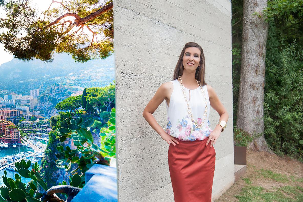 Fashionable_young_woman_posing_in_mediterranean_landscape_upside_monaco_marina_by_studioblom.de_berschneider.com